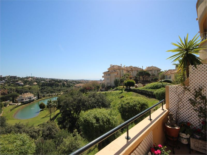 Luxury apartment in Elviria Hills with great views