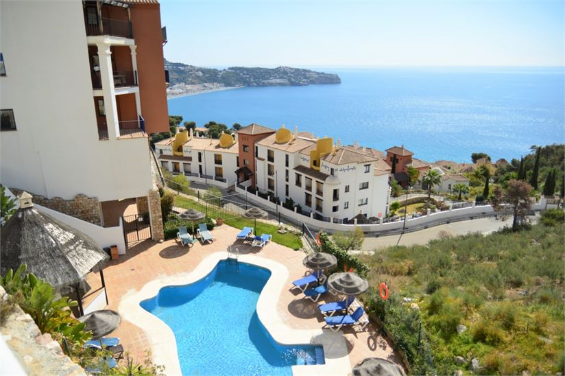 Great apartment with community pool and sea views