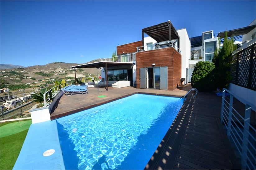 Modern villa walking distance to the beach
