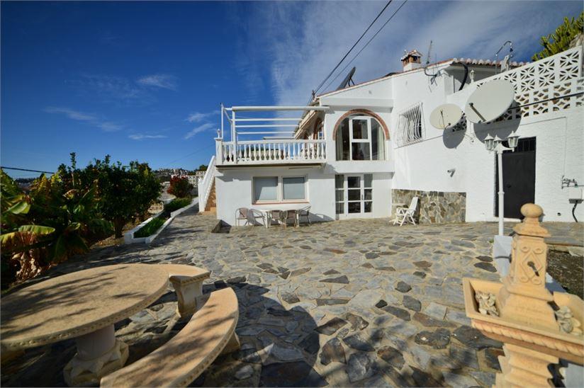 Villa with guest apartment near Playa de Cabria