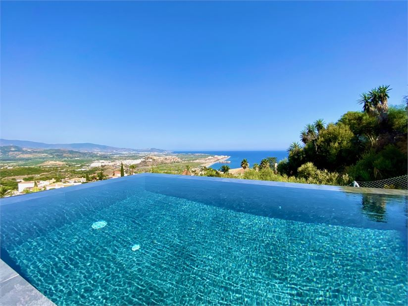 Wonderful sea views from the infinity pool