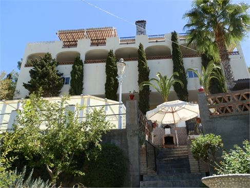Beautiful villa with 4 guest apartments