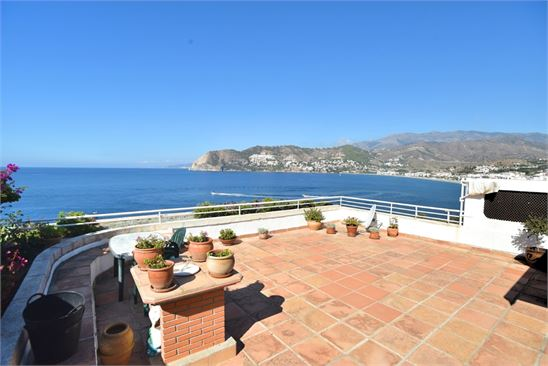 Amazing sea and mountain views from the terrace !