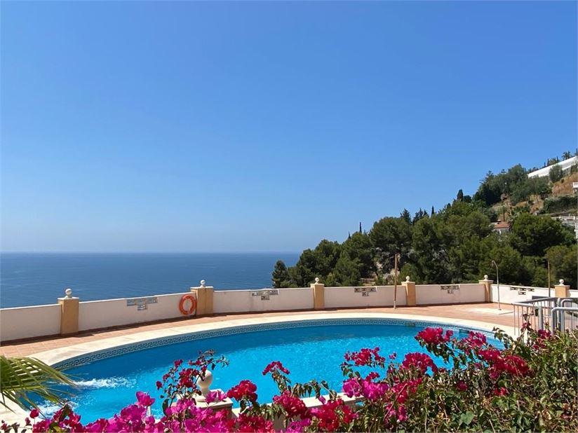 Nice pool and sea views