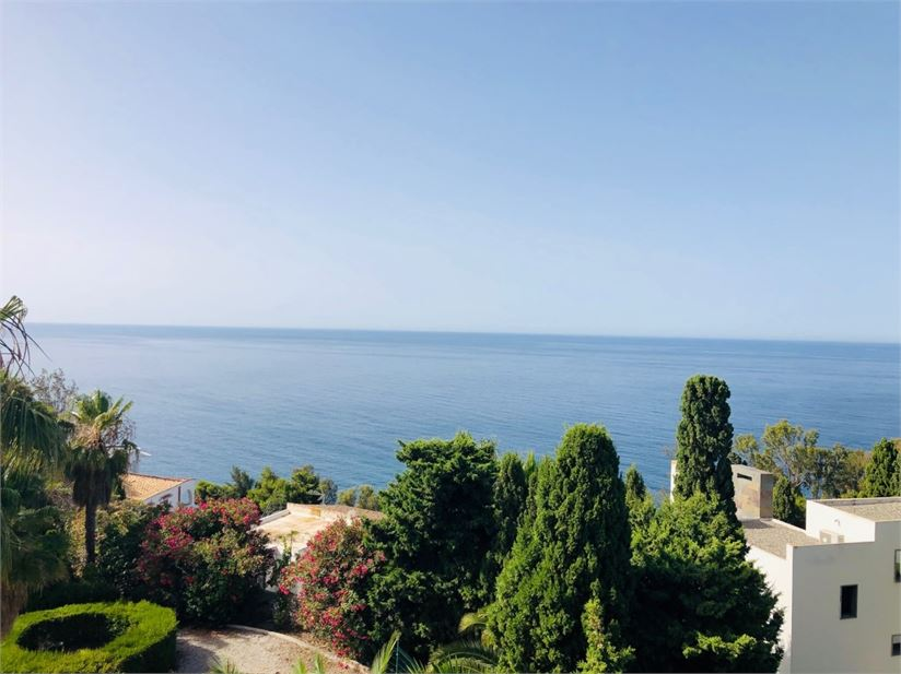 Sea view from this level building plot of 930 m2