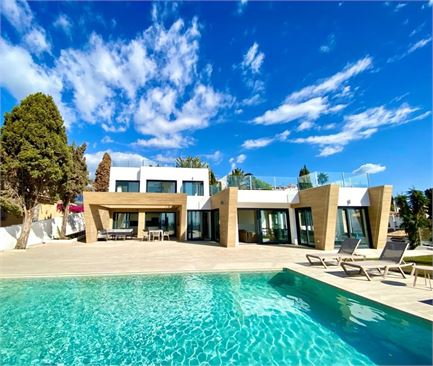 4 bed villa within walking distance to the beach