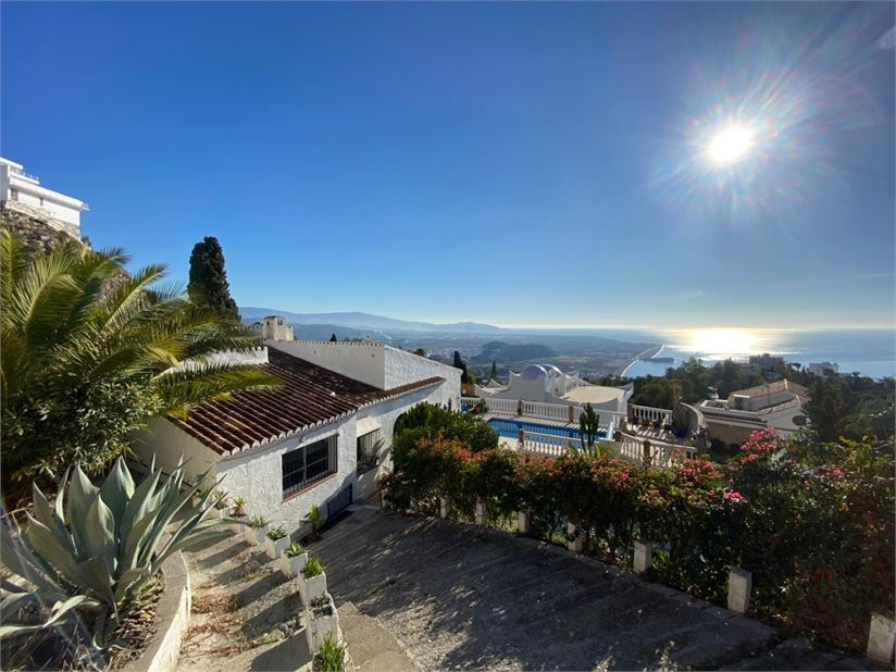 Villa with pool and sea views for sale