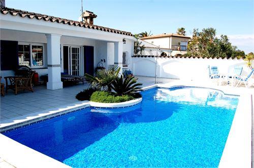 For Sale: Villa in Empuriabrava, Gerona, Spain > Stunning luxury villa with mooring of 25 meters wide canal.